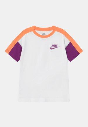 COLORBLOCKED - T-shirt imprimé - white