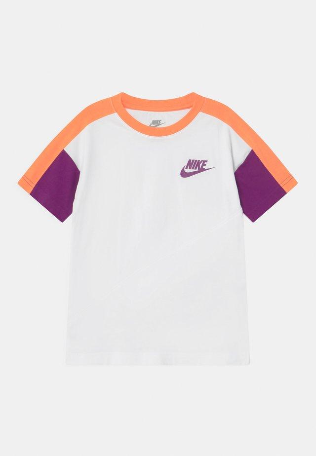 COLORBLOCKED - Camiseta estampada - white