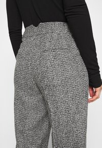 Carin Wester - TROUSERS LOWE  - Bukse - black/white - 3