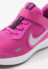 Nike Performance - REVOLUTION 5 UNISEX - Scarpe running neutre - active fuchsia/metallic silver/black - 5