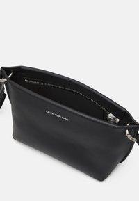 Calvin Klein Jeans - TRAPEZOID SHADOW CAMERA POUCH - Taška spříčným popruhem - black - 2