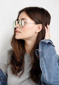 CHPO - IAN - Sunglasses - gold-coloured/pink mirror - 2