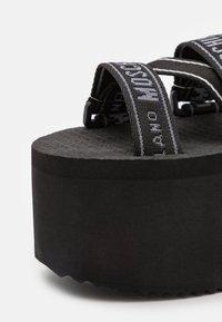 MOSCHINO - Korkeakorkoiset sandaalit - nero - 6