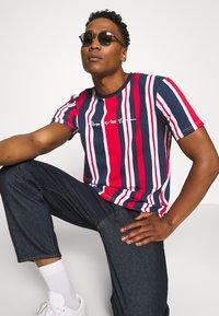 Kings Will Dream - NESTON STRIPE TEE - Print T-shirt - navy/red/white - 3