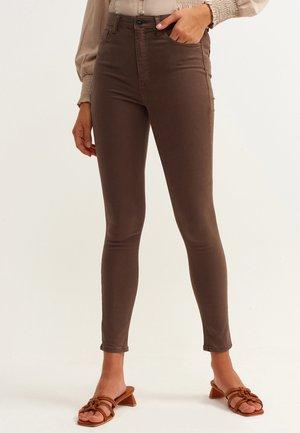 MIT HOHER TAILLENFORM - Jeans Skinny Fit - braun