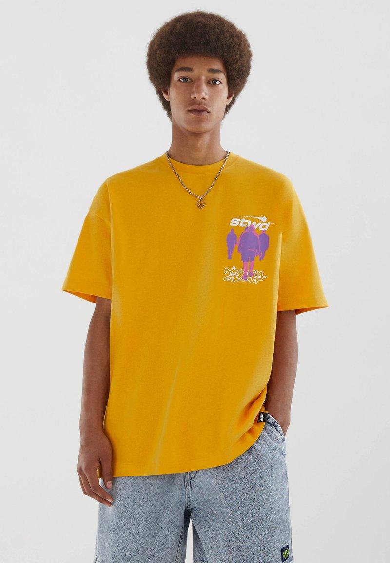 PULL&BEAR - PERSONEN - T-shirt med print - yellow