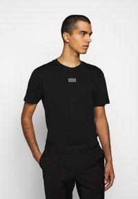 HUGO - DURNED - Print T-shirt - black - 0