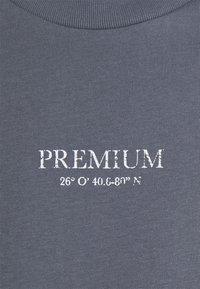 Jack & Jones PREMIUM - JPRBLAGEO BOX FIT TEE - Printtipaita - atlantic blue - 2