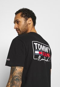 Tommy Jeans - SCRIPT BOX BACK LOGO TEE UNISEX - T-shirt con stampa - black - 3