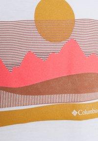 Columbia - SUN TREK™ GRAPHIC TEE - Print T-shirt - white - 5