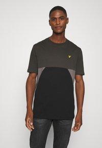 Lyle & Scott - TRIO GEO PANEL - Print T-shirt - raven/jet black - 0