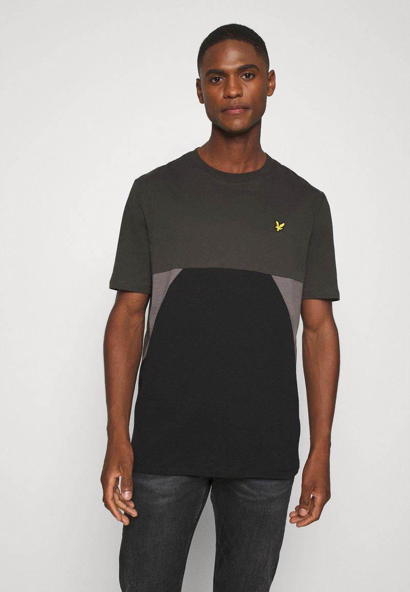 Lyle & Scott - TRIO GEO PANEL - Print T-shirt - raven/jet black