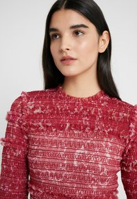Needle & Thread - FLORAL SMOCKED LONG SLEEVE CROP - Camicetta - cherry red - 3