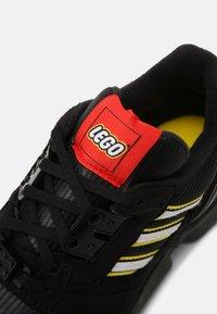 adidas Originals - ZX 8000 LEGO UNISEX - Matalavartiset tennarit - core black/white - 6