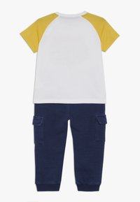 Guess - PANTS BABY SET - Trousers - true white - 1