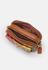 Coach - PRIDE SIGNATURE WILLOW CAMERA - Across body bag - natural multi - 3