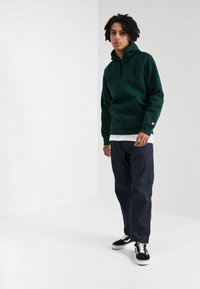 Carhartt WIP - HOODED CHASE  - Hoodie - bottle green/gold - 1