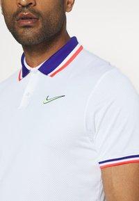 Nike Performance - SLAM - Sports shirt - white/ghost green - 5