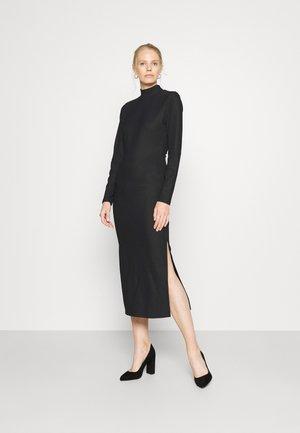 NETY - Stickad klänning - noir