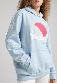 Bershka - UNISEX NATURO HOOIDE - Hoodie - blue denim - 4