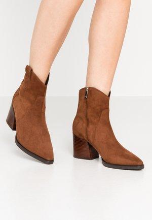 CHARLET - Cowboy/biker ankle boot - cognac