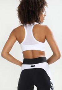 Casall - ICONIC SPORTS BRA - Medium support sports bra - weiß - 2