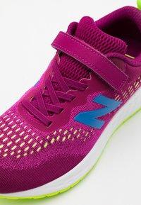 New Balance - YAARIIP3 UNISEX - Neutral running shoes - purple - 5