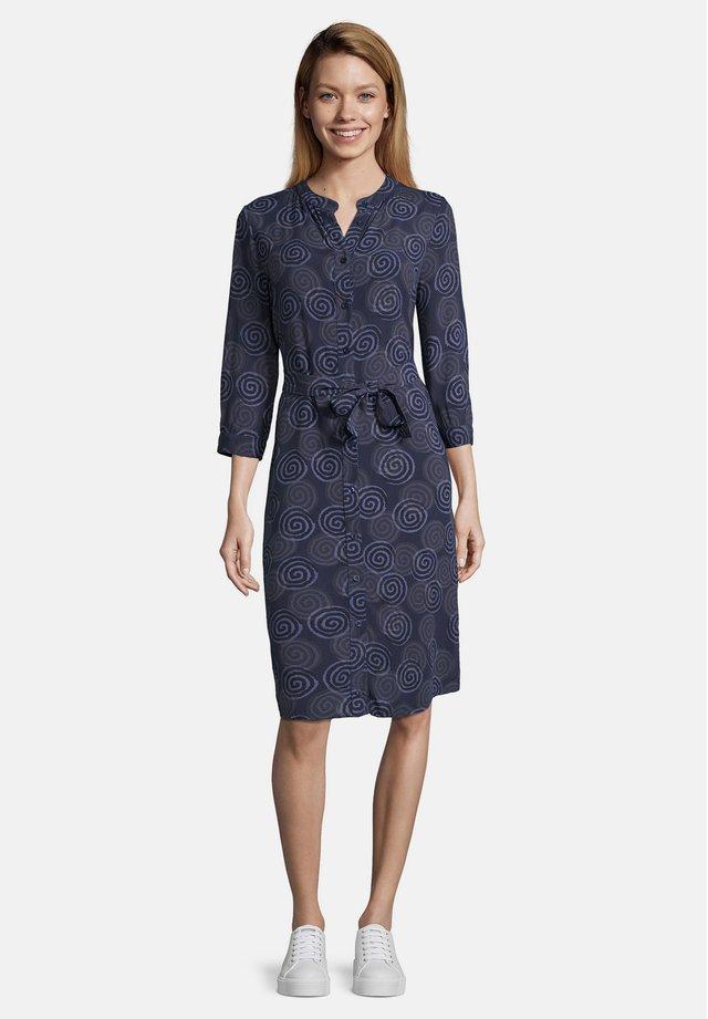 BLUSENKLEID MIT BINDEGÜRTEL - Robe chemise - dark blue/classic blue