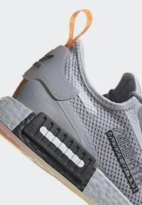 adidas Originals - NMD_R1 SPECTOO UNISEX - Sneakersy niskie - halo silver/core black - 9
