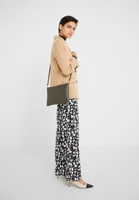 Coccinelle - BEST CROSSBODY SOFT - Clutch - reef - 1