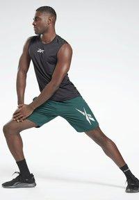 Reebok - WORKOUT READY GRAPHIC SHORTS - Pantalón corto de deporte - green - 1