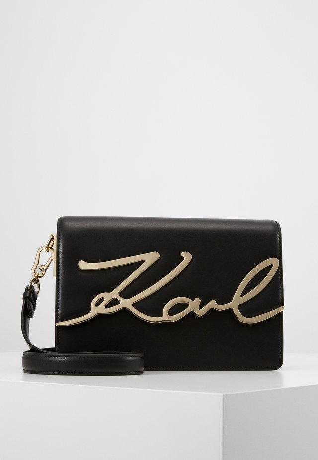 SIGNATURE SHOULDERBAG - Sac bandoulière - black/gold