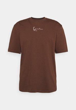 SMALL SIGNATURE TEE UNISEX - Basic T-shirt - brown