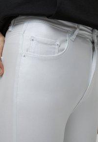 PULL&BEAR - Flared Jeans - white - 4