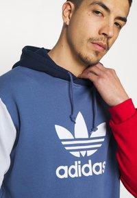 adidas Originals - BLOCKED UNISEX - Jersey con capucha - crew blue/halo/scarlet - 4