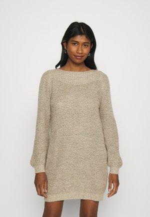 JDYWHITNEY MEGAN BOAT DRESS - Pletené šaty - beige