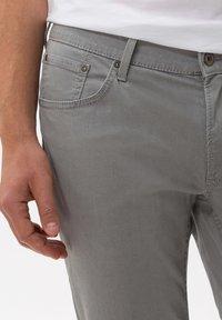 BRAX - STYLE CHUCK - Straight leg jeans - platin - 3