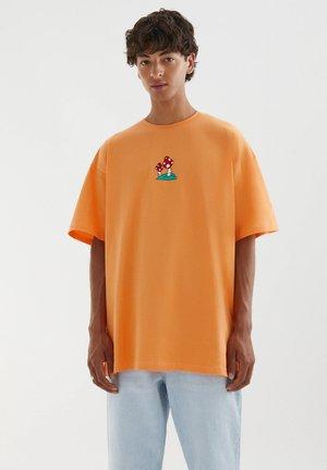 MIT STICKEREI IN VERSCHIEDENEN FARBEN - Print T-shirt - orange