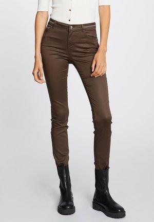WITH WET EFFECT - Pantalon classique - taupe