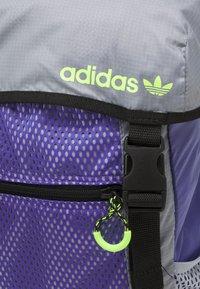 adidas Originals - TOPLOADER UNISEX - Batoh - purple/halo silver/signal green - 5