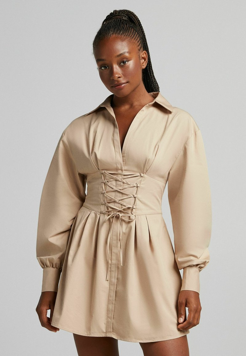 Bershka - MIT SCHNÜRUNG - Sukienka koszulowa - beige