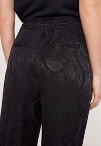 comma - MIT PAISLEYMUSTER - Trousers - black - 4