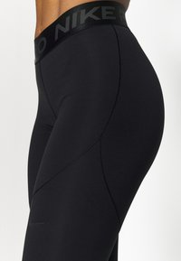 Nike Performance - WARM ESSENTIAL - Legginsy - black/smoke grey - 4