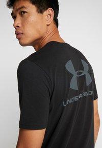 Under Armour - SPORTSTYLE BACK TEE - Camiseta estampada - black/pitch gray - 5