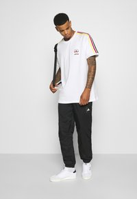 adidas Originals - STRIPES SPORTS INSPIRED SHORT SLEEVE TEE UNISEX - T-shirt print - white - 1