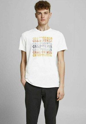 JPRBLUHUBERT TEE CREW NECK - Print T-shirt - cloud dancer