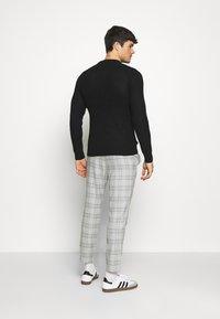 Only & Sons - ONSLINUS CROPPED  CHECK PANT - Spodnie materiałowe - medium grey melange - 2