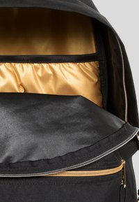 Eastpak - GOLDOUT/AUTHENTIC - Rugzak - black - 4
