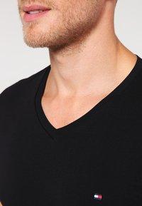 Tommy Hilfiger - Basic T-shirt - flag black - 3