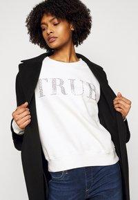 True Religion - BOXY CREW NECK - Mikina - blanc de blanc - 3
